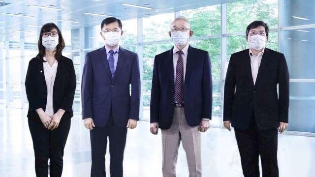 左至右為亞太電財務長俞秀鴻、經濟部中小企業處處長何晉滄、亞太電總經理黃南仁、亞太電信技術中心資深協理楊騰達。(鉅亨網資料照)