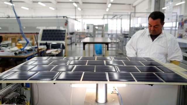 台化新港廠利用太陽能發電導入海廢耐隆回收絲生產。(圖:AFP)