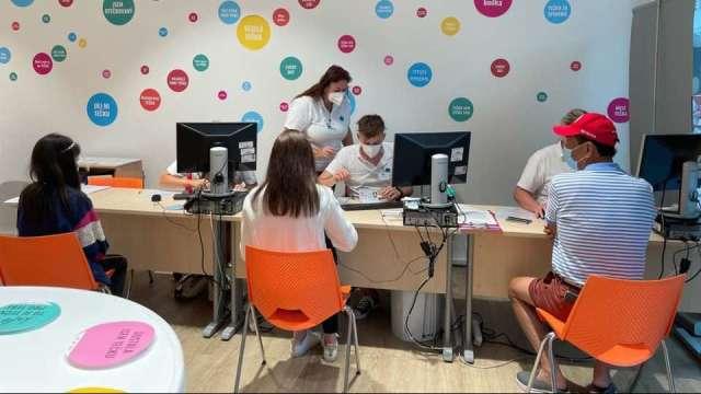 郭台銘赴歐催貨BNT,首站在捷克完成第一劑BNT接種。(圖:翻攝自郭台銘臉書)