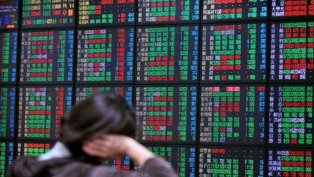 電子撐盤不敵傳產賣壓 台股跌20點收17603點險守月線。(圖:AFP)