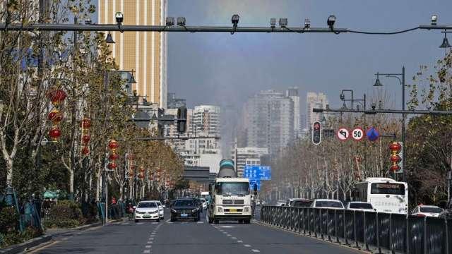 疫情再起 中國城市車流量減少 恐抑制石油短期需求(圖:AFP)