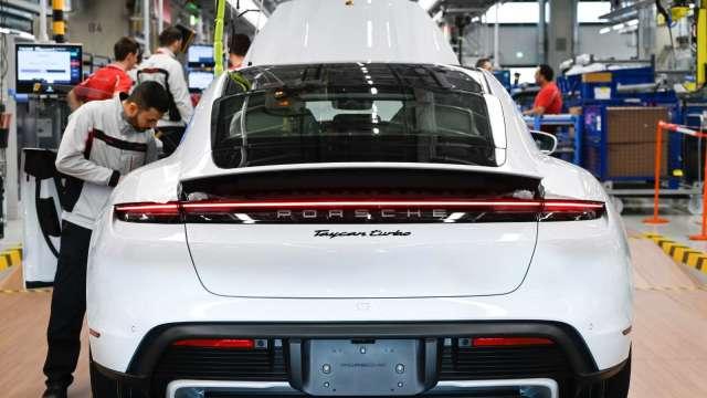 電動車需求升溫,推升第三代半導體功率元件材料需求。(圖:AFP)
