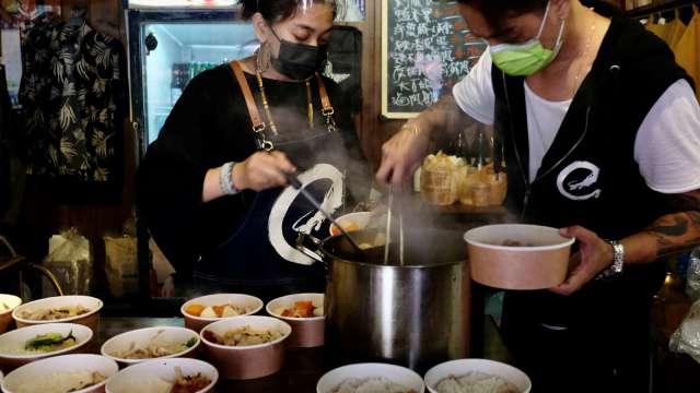 全台無薪假降至5.5萬人 住宿餐飲、批發零售業明顯改善。(圖:AFP)
