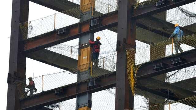 領取勞保老年給付後再工作 可單獨參加職災保險。(圖:AFP)