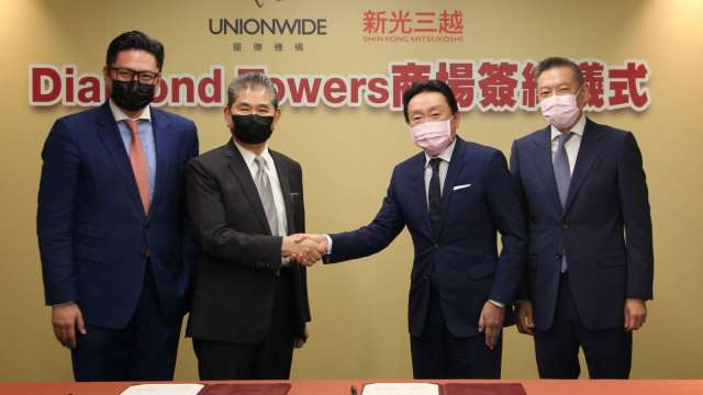 新光三越與龍麟建設簽訂正義國宅商場租賃案合約。(圖:新光三越提供)