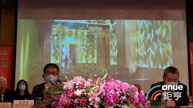 興富發董事長曹淵博(左)指房市剛性需求仍在。(鉅亨網記者張欽發攝)