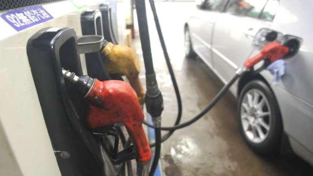 Delta病毒抑低原油需求 下周國內汽油價估降3角。(圖:AFP)