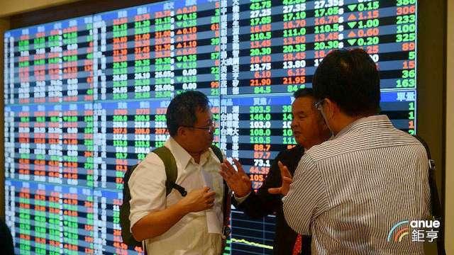 〈台股盤後〉市場賣壓沈重指數挫跌123點破前低,失守半年線。(鉅亨網記者張欽發攝)