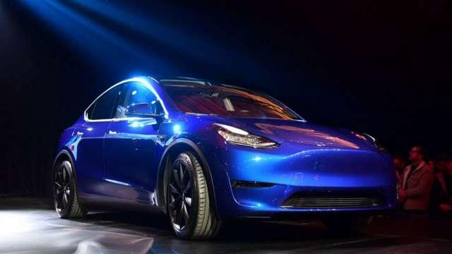 正達3D玻璃再奪歐系豪華車大單,第三季末量產出貨。(圖:AFP)