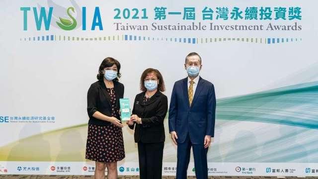 第一銀行總經理鄭美玲(中)、中華民國退休基金協會理事長王儷玲(左)、台灣永續能源研究基金會董事長簡又新(右)共同合影。