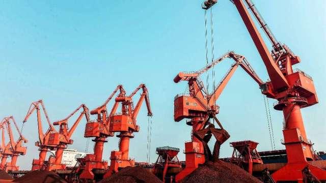 鐵礦砂價格持續大跌 必和必拓:中國鋼鐵限產壓抑需求(圖:AFP)