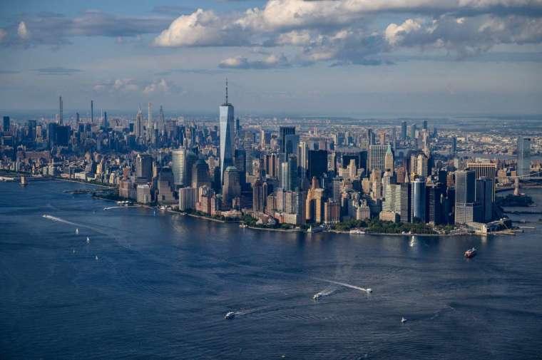 巴菲特認為,在通膨時期擁有房地產特別方便 (圖片:AFP)