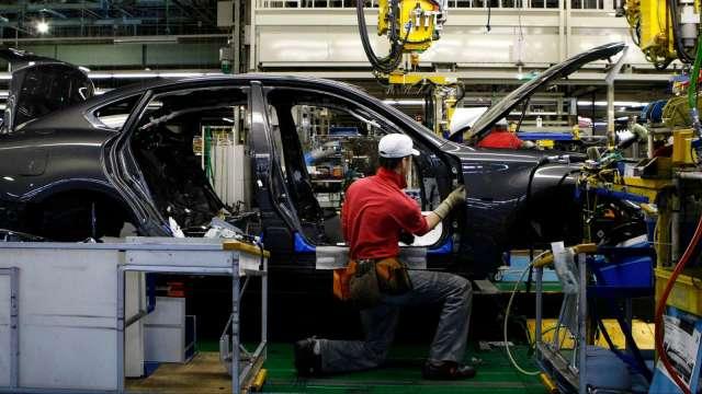疫情持續、晶片荒未解 汽車製造商身陷困境(圖片:AFP)