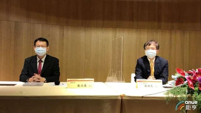右至左為新唐董事長蘇源茂、總經理戴尚義。(鉅亨網記者魏志豪攝)