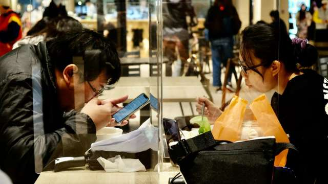 7月零售、餐飲營業額月增均逾1成,下半年可望逐月回溫。(圖:AFP)