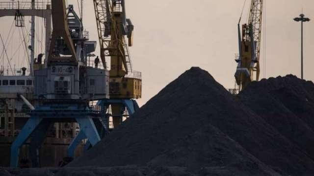 中國經濟成長疲軟+限鋼政策壓低鋼鐵產量 鐵礦砂價格下行壓力大(圖:AFP)