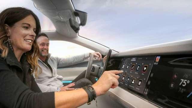 鴻海子公司富智康正式與全球第四大車廠Stellantis,正式簽署合資公司協議,進軍智能座艙與車聯網市場。(圖:鴻海提供)