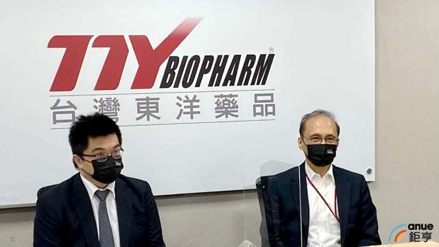 左為東洋總經理施俊良,右為董事長林全。(鉅亨網記者沈筱禎攝)