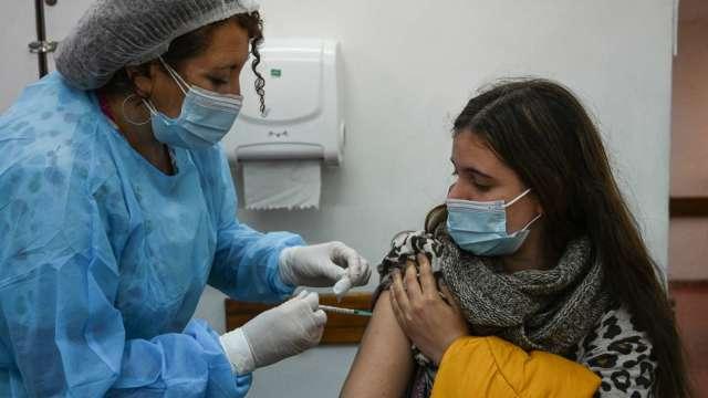 英國研究:接種兩劑輝瑞或AZ疫苗後 保護力在半年內逐漸減弱(圖片:AFP)