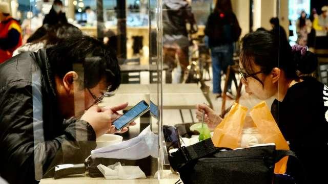 台塑四寶贊助,經濟部500元好食券加碼至400萬份。(圖:AFP)