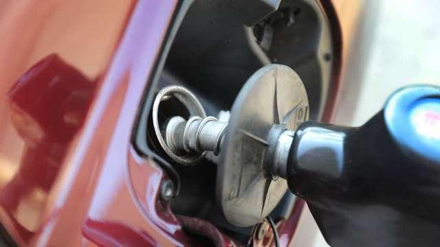 國內汽、柴油價 明起各調漲0.4元及0.1元。(圖:AFP)