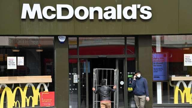 Delta病毒席捲全美 麥當勞等速食店考慮關閉內用區或限制營業 (圖:AFP)