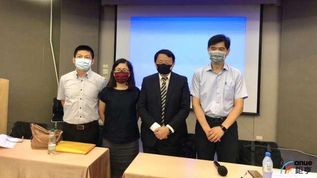 興能高今日召開股東會,董事長邢雪坤(右二)對下半年看法審慎保守。(鉅亨網記者魏志豪攝)