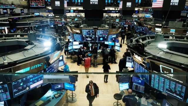美股8月收官日盡墨 標普月線連7紅 (圖片:AFP)