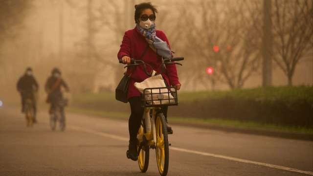 研究:化石燃料是空汙主因 PM2.5恐使全球每人平均少活2.2年 (圖:AFP)