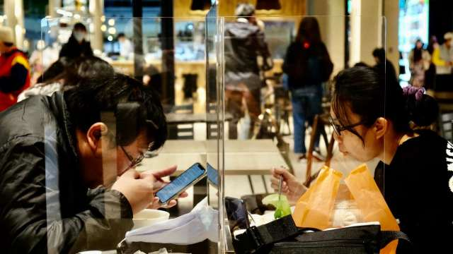基本工資漲不漲 許銘春:內需產業產值衰退會審酌情況。(圖:AFP)