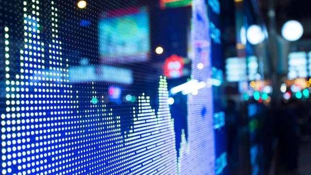操盤手看台股:資金加速轉移 電子、鋼鐵、航運怎麼看?(圖:shutterstock)