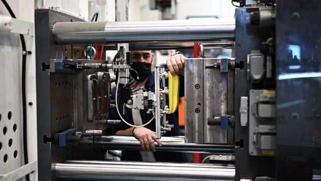 終端需求回溫,全年機械業出口可望終結連兩年負成長。(圖:AFP)