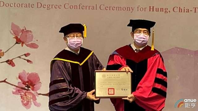 聯電董事長洪嘉聰(右)今日獲頒國立清華大學名譽工學博士。(鉅亨網記者林薏茹攝)