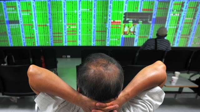台股遇亂流 三大法人聯手賣超86.03億元 外資連3買止步。(圖:AFP)