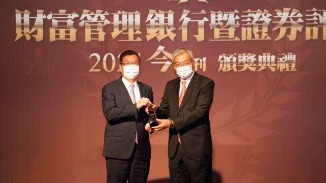 元富證券副總經理張清發(左)與今周刊董事長謝金河(右)。(圖:元富證提供)