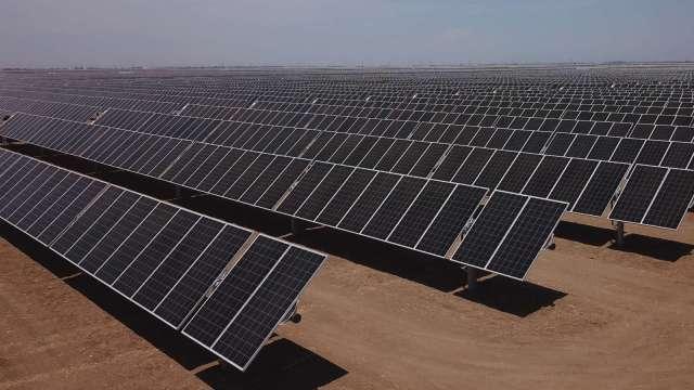 拜登推減碳新目標:2050年前太陽能供美近半電力 (圖:AFP)