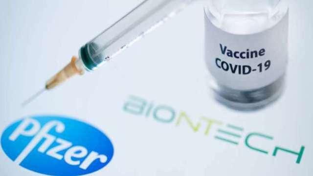 因應BNT疫苗9/23開放學生施打 父母可上網幫子女買疫苗險。(圖:AFP)