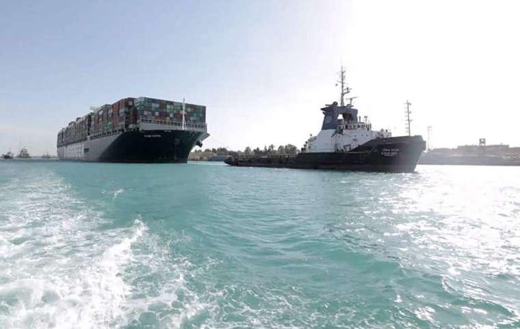 命運多舛的蘇伊士運河再傳「卡船擱淺」意外 (圖片:AFP)