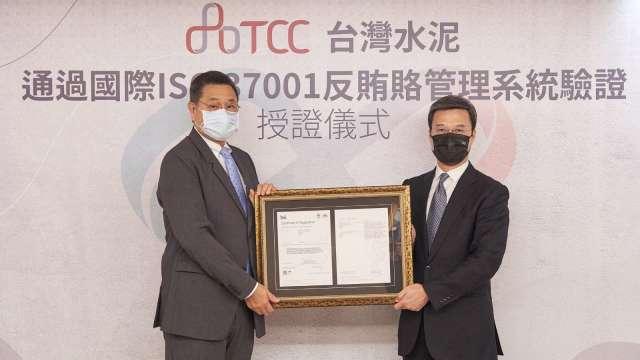左起為台泥董事長張安平、BSI英國標準協會東北亞區總經理蒲樹盛。(圖:台泥提供))