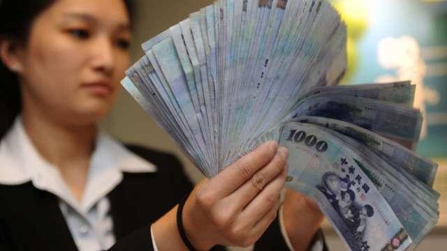 〈台幣〉交投淡狹幅震盪 終止連2貶收27.713元。(圖:AFP)