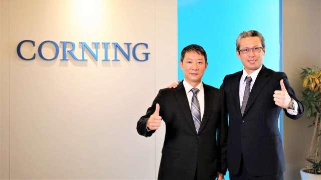 台灣康寧新任總經理何宜修(左)、台灣康寧前任總經理曾崇凱(右)。(圖:康寧提供)