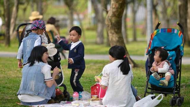 政府推三大友善育兒措施 2024前每年挹注1000億元經費。(圖:AFP)