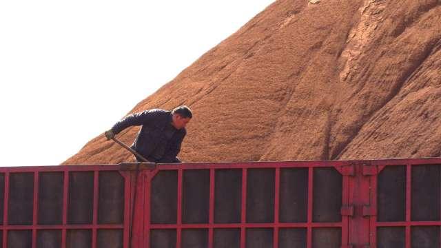 〈商品報價〉BDI連五漲、中國粗鋼產量銳減 鐵礦砂下挫5%。(圖:AFP)