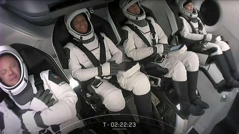 四位平民搭乘天龍號畫面 (圖: AFP)