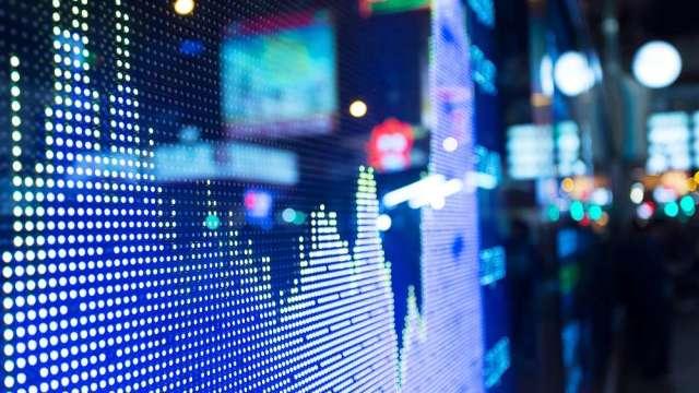【台股龍捲風】美股漲台股跌 行情往往跟你想的不同 開始搶灘做多。(圖:shutterstock)