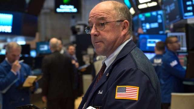 〈美股早盤〉 美零售銷售意外增 美股漲跌互現 金價跌至1個月低點 (圖:AFP)