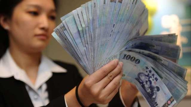 〈台幣〉外資偏匯出 終止連2升收27.727元。(圖:AFP)
