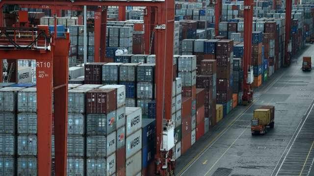 散裝船運能吃緊 大宗商品運費恐續飆 (圖片:AFP)