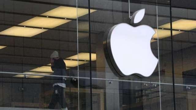 下一步瞄準折疊手機市場?傳蘋果掀蓋手機2023年問世(圖:AFP)