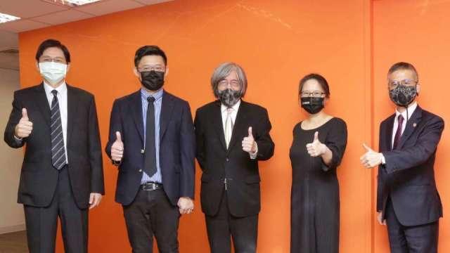 網家董事長詹宏志(中)、中華電總經理郭水義(右一)。(圖:網家提供)